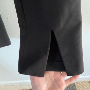 Fine suit pants fra h&m, med en lille slids ved buksebenet, der er perfekt til et par fede støvler under. Højtaljede med lommer foran :)