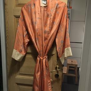 Smuk kimono fra Noa Noa. Små fedtpletter (se billede) - har ikke forsøgt at vaske dem af.