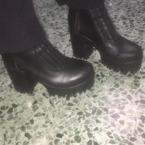 Sælger disse mega søde støvler. Har brugt dem 2 gange, så de er næsten som nye.  Nypris: 750 kr. Mp: 275 kr.