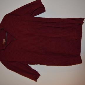 Håndlavet indisk skjorte i bourdeaux med striber og kort ærmer.  Mærke: Kalpastree  Byd på pris.  Skriv endelig for spørgsmål eller flere billeder.