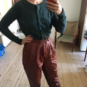 Aldrig brugt Beneton cardigan. Den er 100% uld og har smuk mørk grøn farve (så billederne gengiver ikke helt farven).