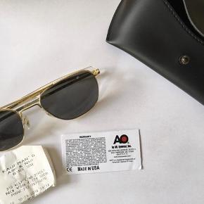 Originale AO eyewear army pilot solbriller Købt i Kaufman's Army & Navy, New York MP: 800 kr. Der ingen tegn på slid, da de aldrig er brugt.