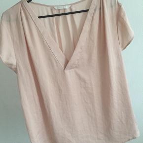 Silke top  Størrelse ved jeg ikke, da det er klippet af og ikke kan huske størrelsen på blusen.  Men svarer til en M