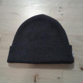 Lækker hue fra NN07.  Style : Niko.  Lavet i 100 % extra fine merino wool.  Ny model. I forretningerne og på nettet til 400 kr.  PRISEN FORHANDLES IKKE.
