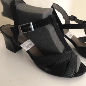 Varetype: Heels Størrelse: 4 Farve: Sort  Blød sål, lav hæl. Gabor kvalitet. Str 4.