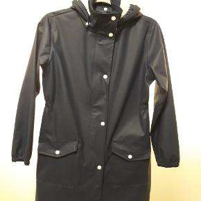 Smart mørkeblp halvlang regnjakke fra Outdoor protective clothing str 152. 2000 mm vandsøjle. Næsten som ny.