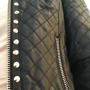"""Brugt enkelte gange. Lækker blød foret jakke. Der mangler en """"nitte""""  Køb nu 800,- eller byd"""
