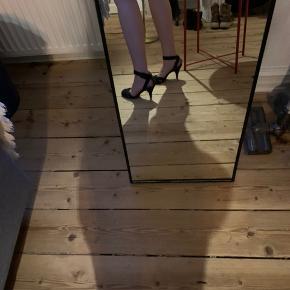 Smukke, stilrene og klassiske sorte stiletter, der vil pift ethvert outfit op!  Materialet er sort velour  Kun brugt få gange (elsker stiletter, men kan ikke gå i dem)  Hælhøjde:7,5 cm