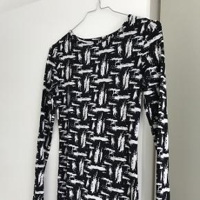 Lækker tætsiddende kjole i elastisk stof. Kjolen er fra Topshop og er størrelse 34, men passer også en 36 ☺️