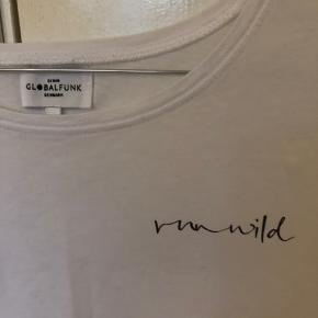 Hvid t-shirt med sort skrift fra Global Funk. I en str. xs-s. Lidt krøllet på billederne, sidder normal lidt pænere