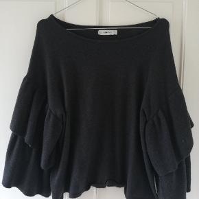 Lækker mørkegrå strik med flotte ærmer. Købt af sælger herinde, har kun selv brugt den 1-2 gange. Tager ikke billede af tøjet på. 🌺