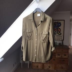 Flot armygrøn skjorte i 100% fed tung viskose. I rigtig god stand, næsten ikke brugt.