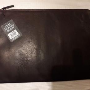 Helt ny sleeve / computertaske til laptop.Måler 42x30. I ægte læder. Rigtigt lækker kvalitet. Prismærke sidder der stadig. Koster 999,- fra ny. Sender gerne for 40 kr.