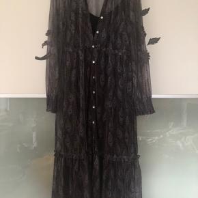 Smart kjole der har været brugt tre gange. Brystmål 106 cm/ stoffet kan godt give sig