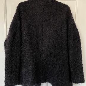 H&M Trend. Jakke/cardigan i en tung mix med uld og mohair. Med jersey foer.