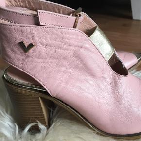 Brand: Italienske Varetype: Superlækre sandaler med skaft, helt nye Farve: Lyserød  Superfede sandaler med skaf, hans made i Italy, helt nye. Der står 38, men de svarer til str. 38.
