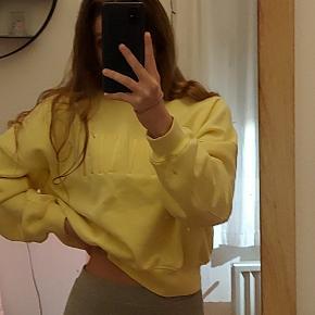 Sweatshirt fra H&M.  Brugt meget få gange, næsten som ny.