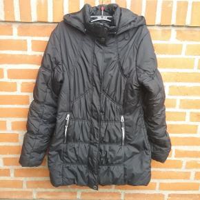 """❄Winter is coming ❄  Sort Luhta vinter jakke str. 40 med aftagelig hætte.  Se mere om Luhta her  https://www.luhta.fi/luhta_en/women/jackets-and-coats?p=1  🌞 Se også mine øvrige varer🌞  Ved evt. køb af flere varer, så skriv til mig inden du vælger """"Køb nu"""" funktionen.  Så laver jeg en speciel """"pakke"""" til dig med """"Køb nu"""" og du har kun en porto 🌞.  #trendsalesfund"""