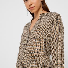 Helt ny kjole med prismærke i. Den er i butikkerne nu. Str. L  Fineste kjole / tunika til vinteren i tern brunlige nuancer.