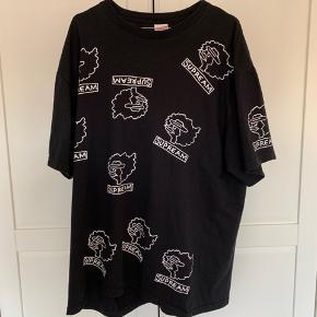 Sælger denne fede Supreme t-shirt i XL.  Rigtig fin stand, og ingen tegn på slid eller andet.