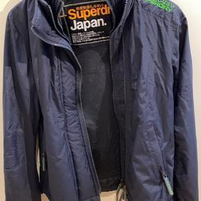 Super fin overgangs jakke fra Superdry, der desværre er blevet købt for lille. Den står derfor helt som ny.  Jeg er selv en M, så vil mene en lille str M også kan passe den.  Sender gerne flere billeder ☺️ Køber betaler ts gebyr samt fragt