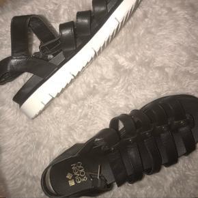Har disse super fine EVEN & ODD sandaler som aldrig er blevet brugt. De er meget behalige at gå i. Størrelse 40
