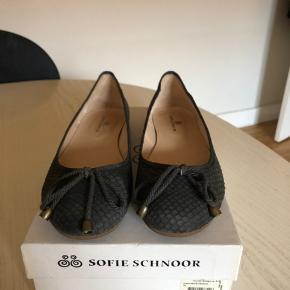 Ballerina sko fra SS. Brugt en enkelt gang i sommers! Sælges for min mor grundet flytning. Str 39 Nypris 1099 i Illums bolighus