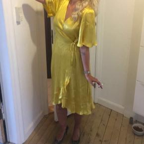 Mango slå om kjole i silke lignede stof. Kun brugt 2 gange. Str. M