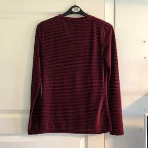 Super fin bluse velour fra Moves. Brugt et par gange, fremstår i god stand. Størrelse L, men kan også passe mindre