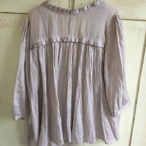 Lækker beige bluse fra Custommade i str. 42/oversized. Måler 2x63 cm fra ærmegab til ærmegab, længde 66 cm. Silke/Bomuld. Den er brugt 5 gange og fejler ingenting. Sælges for 350 kr. Se også mine andre annoncer!!! BYTTER IKKE