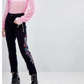 Fede sorte jeans med broderi fra Monki.  De er desværre købt for små, så prismærket sidder stadig i.   Størrelsen er W28.   Nypris er 400 kr.  Sender gerne på købers regning 🌸
