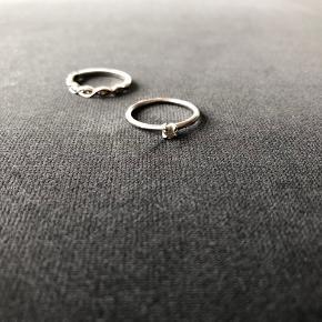 Julie wettergren: 900 (np 1800)  Rough Diamonds: 2000 (np 6800)  Her er lidt info om ringene: 1. 0,28 ct rough diamond isat 14 kt hvidguldsring (sølvfarvet ring med hvid diamant - naturlig rådiamant). Købspris 6.800 (Maya Bjørnsten - har et diamantbevis). 2. Rhodineret sterling sølvring fra Julie Wettergren med 0,30 ct single cut diamonds. Købspris 1.800 kr.  - mener den hedder Gaia. Størrelsen for begge er 15 mm, det svarer nok til en størrelse 8.