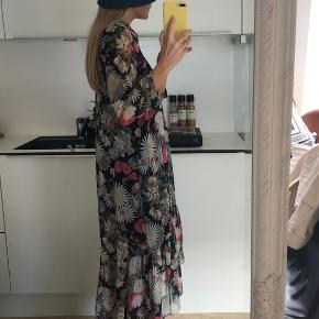 Fin blomstret kjole fra Zara. Brugt, men fin stand. Underkjole medfølger🌈
