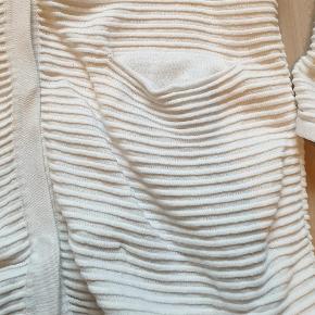 Varetype: cardigan Farve: Råhvid Oprindelig købspris: 750 kr.  Super lækker lang cardigan med lommer foran fra Modström. Brugt max 5 gange.