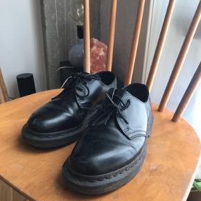 Fine dr. Martens i lav model 👞 En rids foran på højre sko ellers i god stand Prisen er fast Str 36  Køber betaler fragt, ellers så kan de afhentes på teglholmen i København 🍉