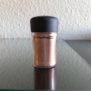 Sælger dette pigment fra MAC i farven tan. Den er max brugt 1 gang, og er derfor helt fyldt. Sendes på købers regning. Søgeord: Makeup, Bobby Brown, NYX, øjenskygge, løs øjenskygge