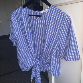Blå /stribet sommer bluse fra mango
