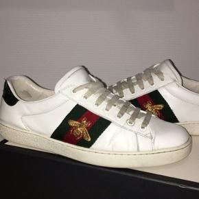 Sælger de her fede Gucci ace sneaker i str 42 2/3 Nypris - 3,6k De er repaintet  Cond - må selv bedømmes  Har alt OG, box, kvit osv