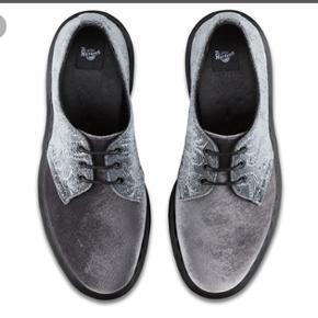 Sælger disse super fede Dr. Martens 1461 Brocade. De er i sølv/grå velour. Jeg har lagt en sål i fra School så man går bedre i dem. Tror ikke man kan tage sålerne ud da de er klistret fast men tro mig! Det gør dem kun meget bedre at gå i. 😊😊 Ny pris!!!
