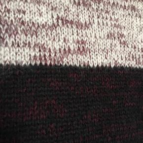 Fin lang sweater/kort kjole fra Designers Remix i uldblanding. Kan bruges OFF-shoulder. Brugt, men uden huller, pletter, fnuller eller lign. Str. er klippet ud, men husker den som en 38. Tjek mål for en sikkerhedsskyld.  Brystmål: 64 cm på tværs fra armhule til armhule + stretch, dvs 128 cm i omkreds + stretch. Længde: 79 cm fra nakken og ned. Søgeord: knit strik sort bordeaux hvid nistret strikket farvet dress kjole bluse lang mohair offshoulder skulder løs vidde ærmer kortærmet korte ærmer bredde