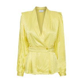 Sælger denne smukke gule længærmede bluse / blazer fra Gestuz. Så fin! Nypris 1300 ,-