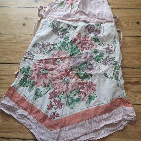 Super sød kjole, med bindebånd på ryggen, fra Monsoon I str 6 til 7 år. Alle perler og palietter er stadig på.