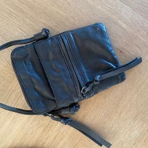 Rigtig flot og praktisk taske til byen, lufthavnen eller der hvor man bare lige behøver sin telefon og et par kort. Standen er rigtig fin..