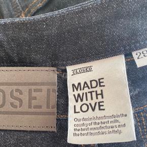 Helt nye jeans fra CLOSED i størrelse 29.  I en flot mørk blå cowboy stof. Nypris 1050kr.