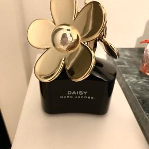 Næsten ny parfume fra Marc Jacobs - Daisy Intense EDP. Der er taget to sprøjt, og den har stået lige siden. Anbrudt for 2 måneder siden.  Nypris var 700,-.