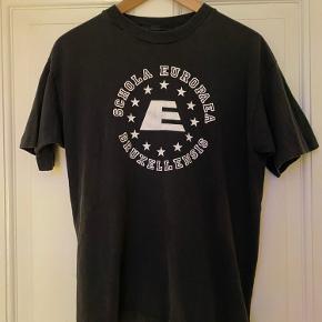 Rare Vintage single stitch Screen Stars t-shirt med Scola Europaea Bruxellensis (Den Europæiske skole i Bruxelles) logo. (1994) Str. S Brugt med rigtig flot og sjælden, single stitch t-shirt fra Screen Stars.