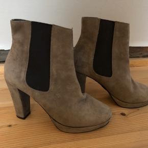 Flotte ruskinds støvler med hæl og plateau. Farve er lys grå/ beige. Brugt en gang.