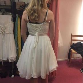 Konfirmations kjole i en størrelse xs, den passes også af en størrelse small, da jeg selv er en small. Den er brugt en gang til min konf, og har hængt indpakket i mit skab siden. Ny prisen var 2500kr og den er købt i en butik der hedder Nina i Næstved. Kjolen er designet af Party-Line Designs, du er velkommen til at komme og prøve kjolen.