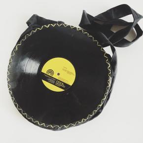 Skuldertaske  Materiale: stof og vinyl Farve: sort / gul  Aldrig brugt men har ridser på vinyl  Pris: 50kr + 35kr med GLS  Betaling via MobilePay   Tjek mine andre annoncer 🙂