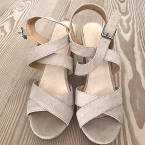 Sælger disse bianco sko billigt, da jeg ikke går med dem længere. De er brugt ca. 3-4 gange og er i god stand!! BYD